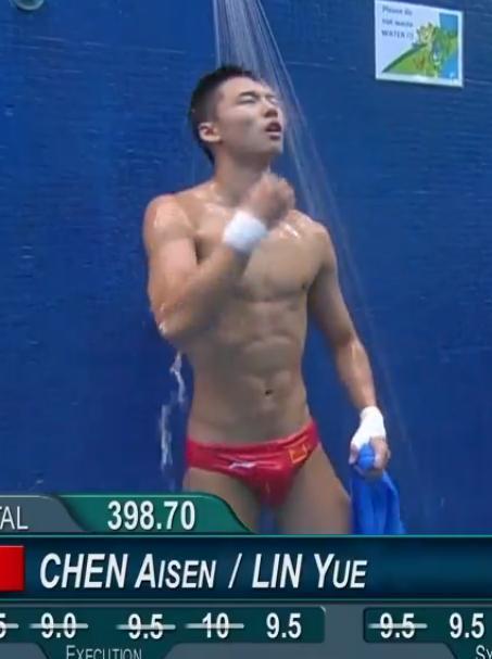 陈艾森真的很帅,腹肌也是满满的,剩下的你们自己看吧!图片