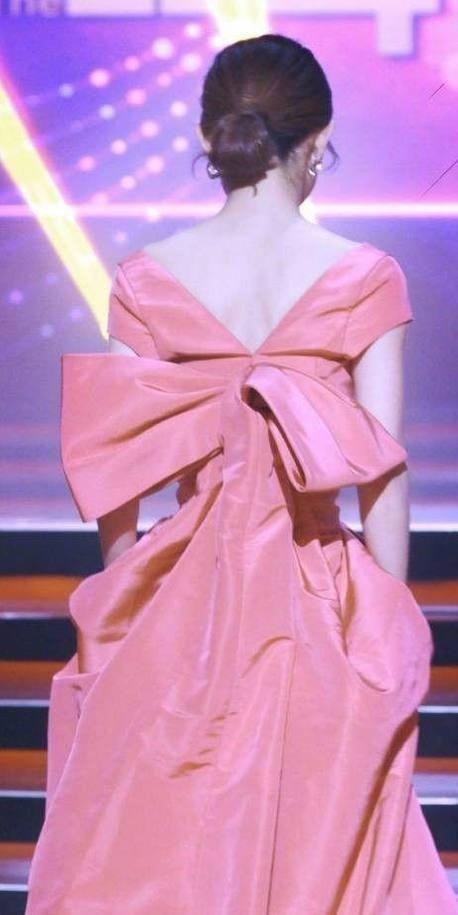 赵丽颖着粉色长裙领奖看似平淡无奇,当她转身时,网友:时间静止