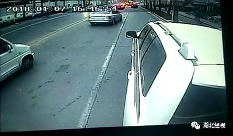 路怒男逼停公交车扇司机耳光 结果反被对方打懵