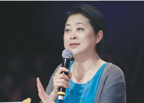 倪萍最新现状,老态尽显走路还要人扶,她为儿子居然付出了这么多