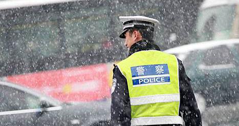 交警雪中护幼童过马路 告别时互敬礼