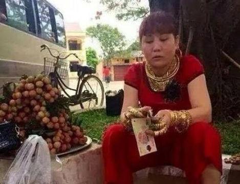 40岁女子穿戴一身黄金卖水果,不怕被抢,称黄金可避邪挡煞!
