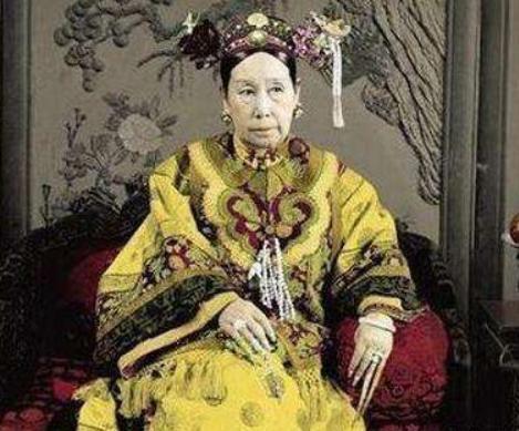李莲英是真太监_慈禧为对付一妃子, 竟对30多个太监当众做此事, 李莲英都红了脸