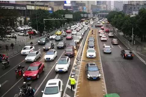 """重庆第一条主干道 """"共享转换车道""""今日正式运行"""