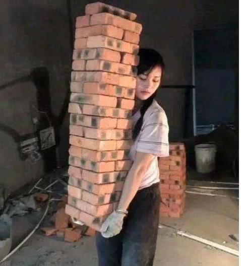 搞笑段子:看到晚上搬砖的姐姐,真的是于心不忍