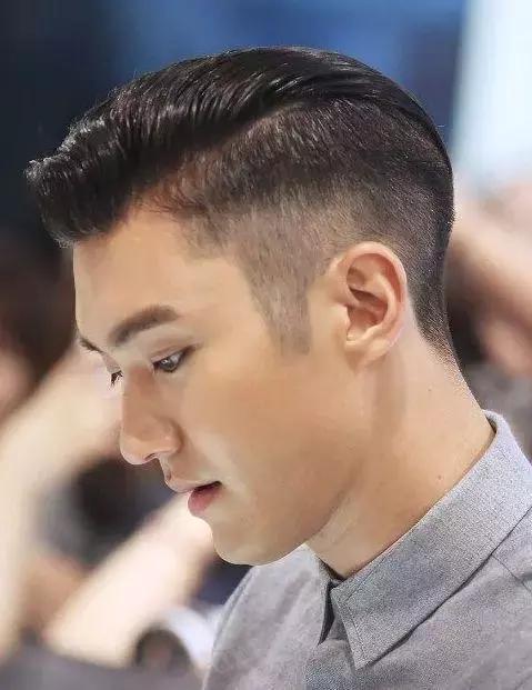 今年潮男最流行的中间留长,两侧削短发型|头发|范例图片