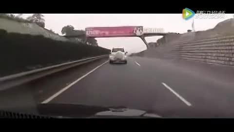 实拍高速上现代被丰田别车后撞上护栏,无良丰田司机却逃之夭夭