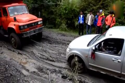 皮卡烂泥路打滑趴窝, 货车老司机一根绳子轻松解救!