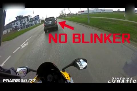 出租车惹怒摩托车后,被骑手一脚踹烂后视镜,追都来不及