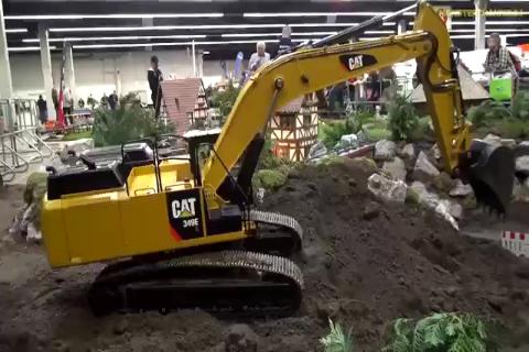 卡特<em>遥控</em>挖掘机装车,<em>遥控</em>JCB自卸车运土,完美配合!