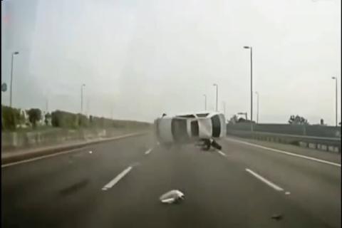 轿<em>车高</em>速翻滚5圈 一人被甩出