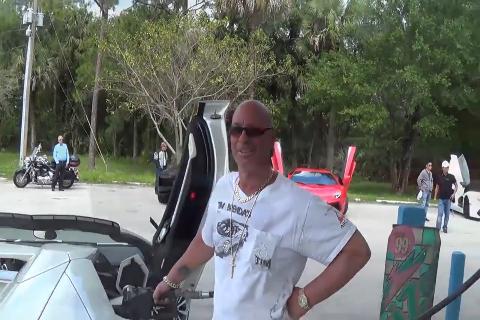 加油站老板:最喜欢兰博基尼跑车组队来加油了!