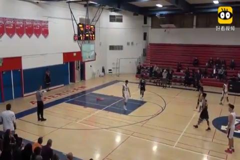 在高中篮球比赛中,高四学生迈克尔·海耶斯扣碎篮板,令人惊讶