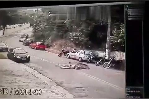 骑行情侣拐弯时未减速撞向一辆汽车,女孩当场身亡!