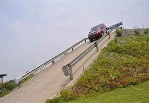 陡坡缓降是什么?开启之后还用踩刹车吗?