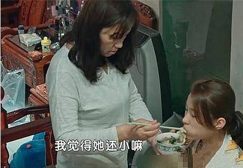 家人溺爱!女孩已15岁,月零花5万,还要妈妈喂饭穿衣!