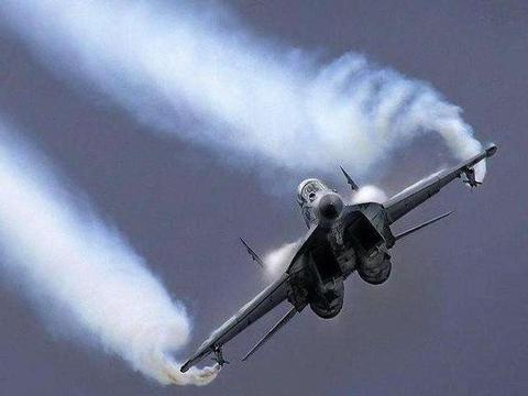两架20吨战机 1200公里时速迎头相撞 飞行员竟能毫发无损