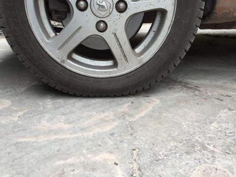 胎压明明正常,为什么轮胎还是有点瘪