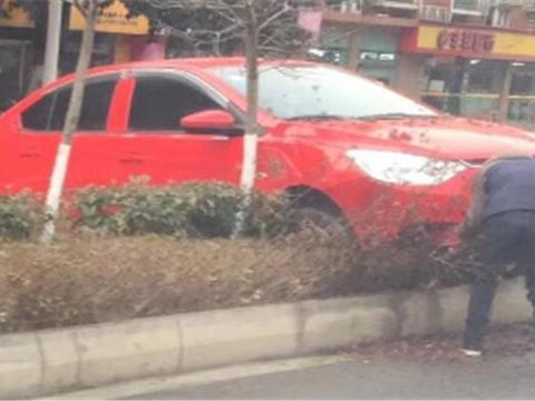 德阳一轿车拐弯时失控撞上隔离带, 网友: 该不是又是女司机吧