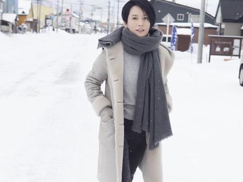 俞飞鸿晒47岁生日照, 剪了短发神似奶茶, 网友: 看上去老了七八岁图片
