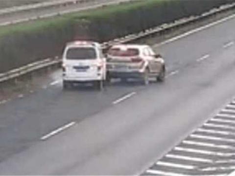 女司机高速上操作失误来了个猛刹车, 后面的面包车都被她连累了