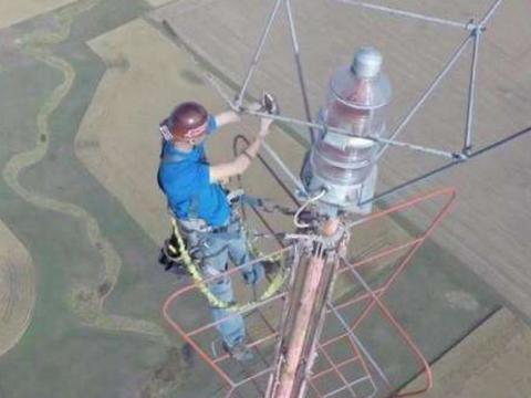 男子在460米高空信号塔换灯泡,换一次13万,网友们敢尝试?