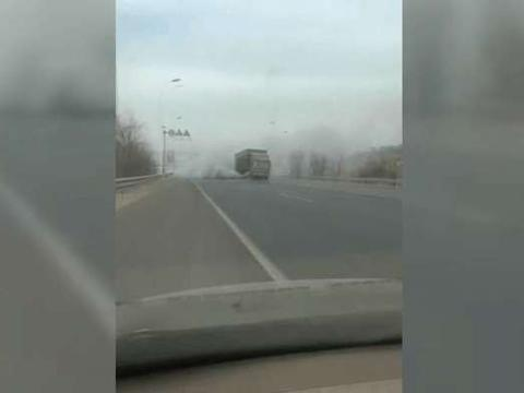 """大货车在高速路上""""腾云驾雾"""", 网友: 人家车洒水你这车洒烟"""