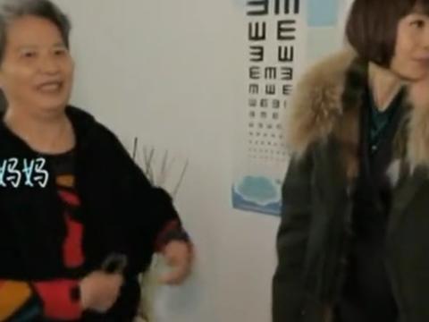 章子怡婆婆正面照曝光,一脸福相,网友:和汪峰真的很像!