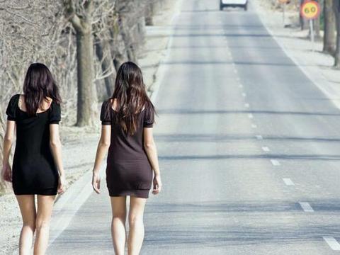 波兰高速路上的少女 站在路边像商品一样任人买卖
