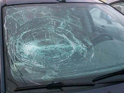 为什么汽车的前挡风<em>玻璃</em>用夹心<em>玻璃</em>?而不是用钢化<em>玻璃</em>?