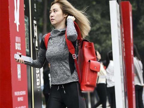 路人街拍: 风一样的女子, 身材很凸出