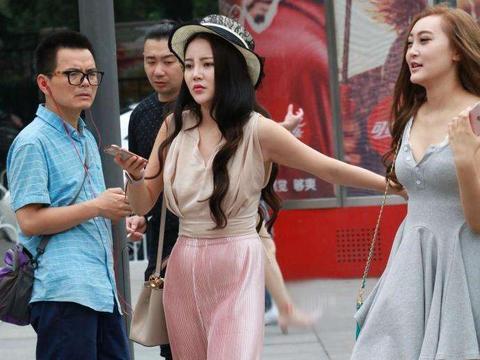 路人街拍: 闺蜜逛街, 时尚, 身材好, 各种姿势拍照