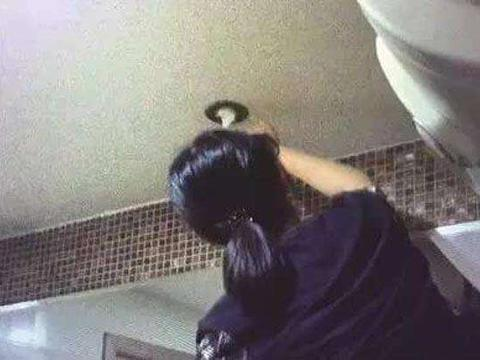 女子在家洗澡,引起楼下住户不满,在多次处理后,仍无济于事