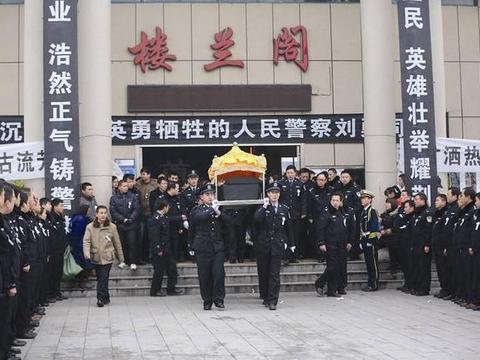 歹徒当街行凶,民警刘勇身中16刀,万人悼念,歹徒父母长跪不起!