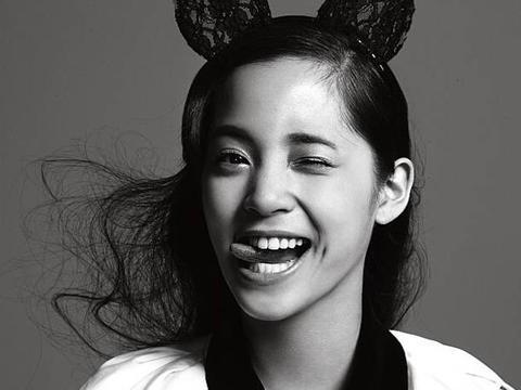 图揭欧阳娜娜最新黑白写真,搞怪表情尽显少女可爱风
