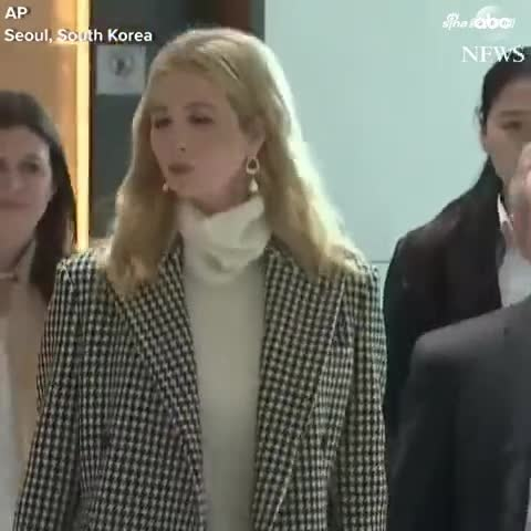 美国总统特朗普的女儿伊万卡随美国代表团抵达韩国,还是那么漂亮   
