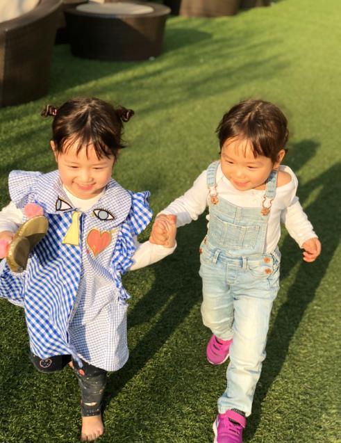 陈浩民一家六口出门像是带一个幼儿园,老三老四只能靠发型区分?