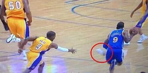 NBA奇葩事件大合集 场边上厕所扔鞋断球 最后一个不笑都不行