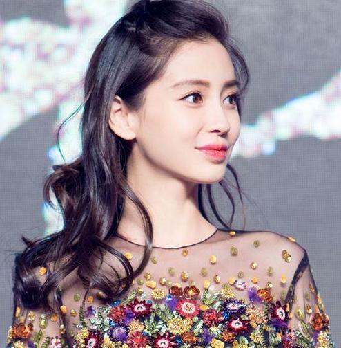 齐刘海梳成偏分,这样短的斜刘海发型一样也很适合她呢,披肩发甜美温柔图片