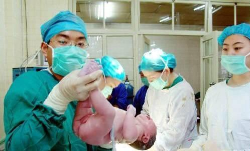95后产妇刚顺产生完宝宝,还没喘口气,医生又把手伸了进去
