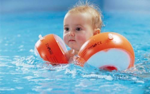 婴儿游泳会伤害颈椎?专家:家长需谨慎对待游泳