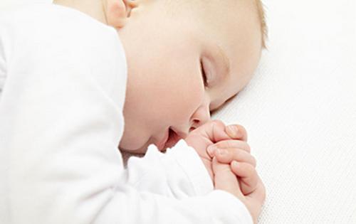 新生宝宝各种可爱睡姿也存在安全隐患?