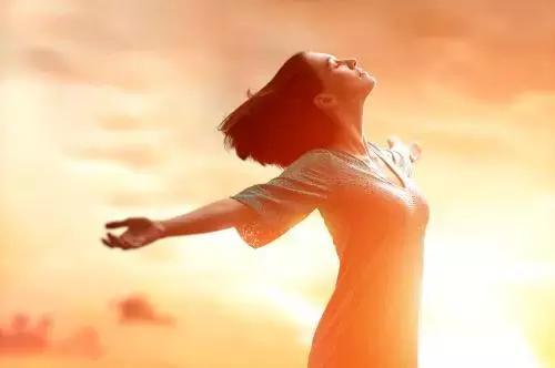 情感美文:与夕阳相伴的女人