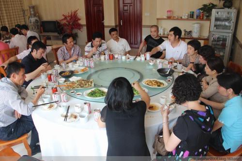 公司聚餐,和领导同事喝酒,掌握这10条酒桌上的规矩就够用!