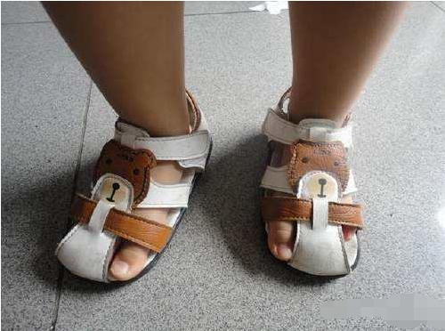 孩子喜欢反着穿鞋原来是有原因的,很多家长都误会了