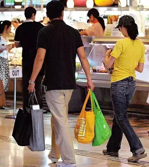 """""""又圆夫妻""""超级市场买菜,杨洋子夜路边蹲,比城市居民刘先活着回来接地气"""