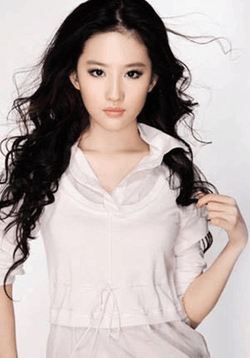 刘亦菲和妈妈买年货,大象腿再被吐槽,天仙是瘦两斤胖五斤!