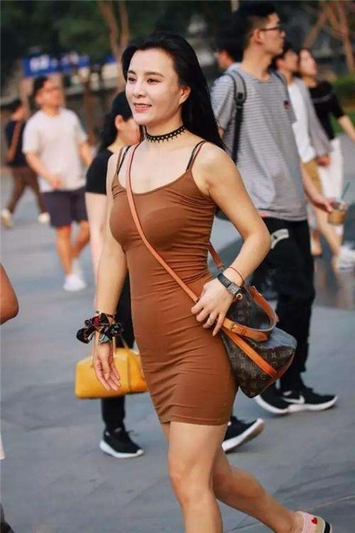 街拍时尚|牛仔沙滩+包臀裙,性感美女,秀长腿就简单!性感出汗3短裤图片