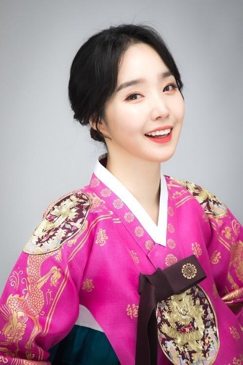 韩国女歌手张海珍迎新年拍韩服写真