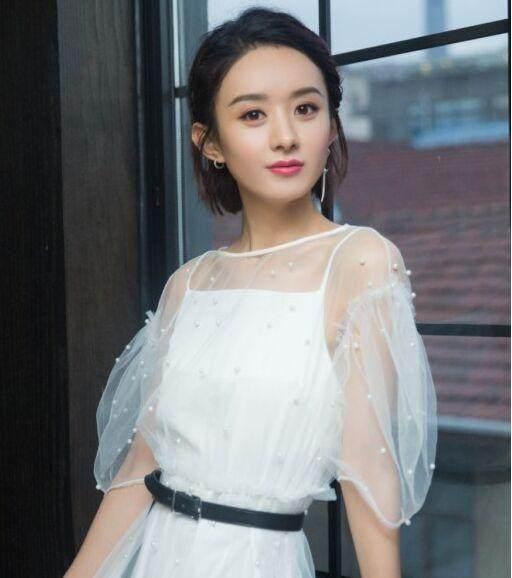 27岁的郑爽和31岁的赵丽颖,剪同款短发造型,网友:还是